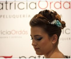 Recogido alto con tupé y toque pin up